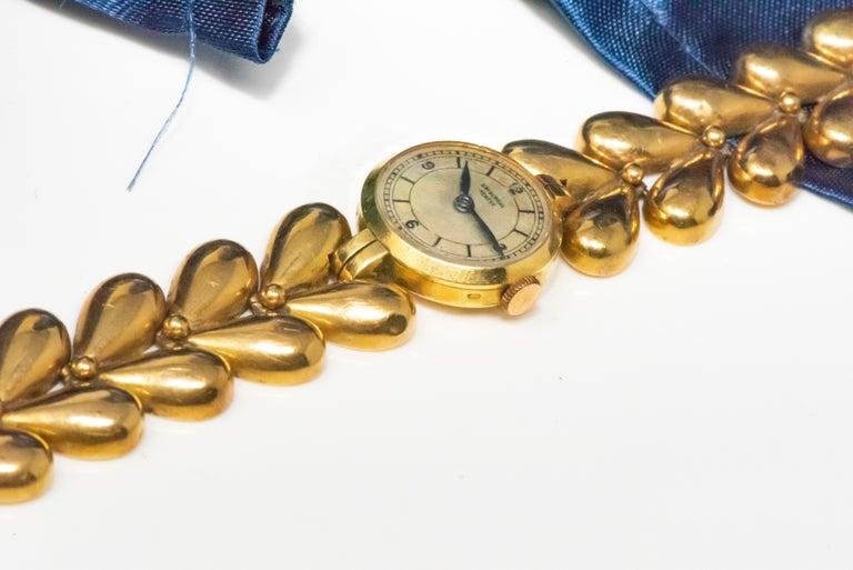 1950s Universal Flower Petal Motif 18 Karat Yellow Gold Bracelet Wristwatch For Sale 10