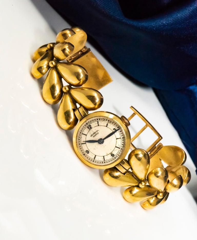 1950s Universal Flower Petal Motif 18 Karat Yellow Gold Bracelet Wristwatch For Sale 11
