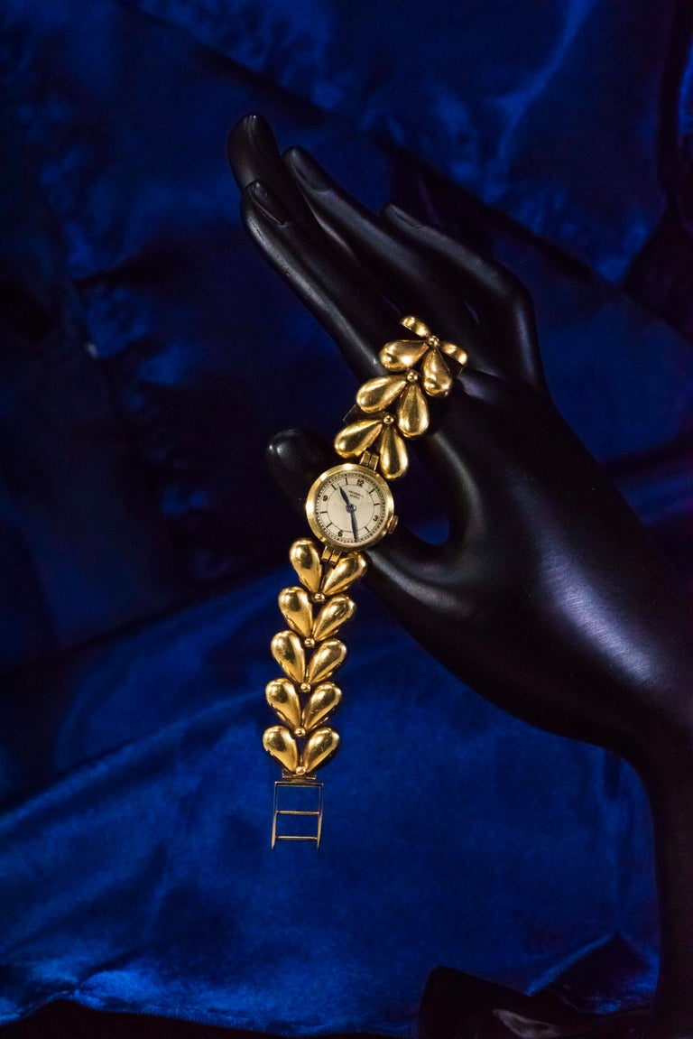 1950s Universal Flower Petal Motif 18 Karat Yellow Gold Bracelet Wristwatch For Sale 12