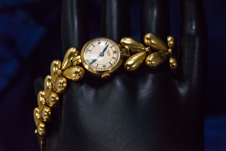 1950s Universal Flower Petal Motif 18 Karat Yellow Gold Bracelet Wristwatch For Sale 13