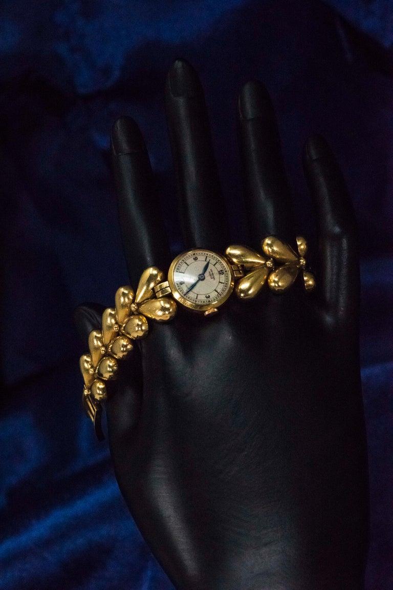 1950s Universal Flower Petal Motif 18 Karat Yellow Gold Bracelet Wristwatch In Good Condition For Sale In New york, NY