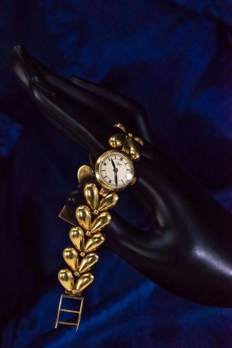 Women's or Men's 1950s Universal Flower Petal Motif 18 Karat Yellow Gold Bracelet Wristwatch For Sale