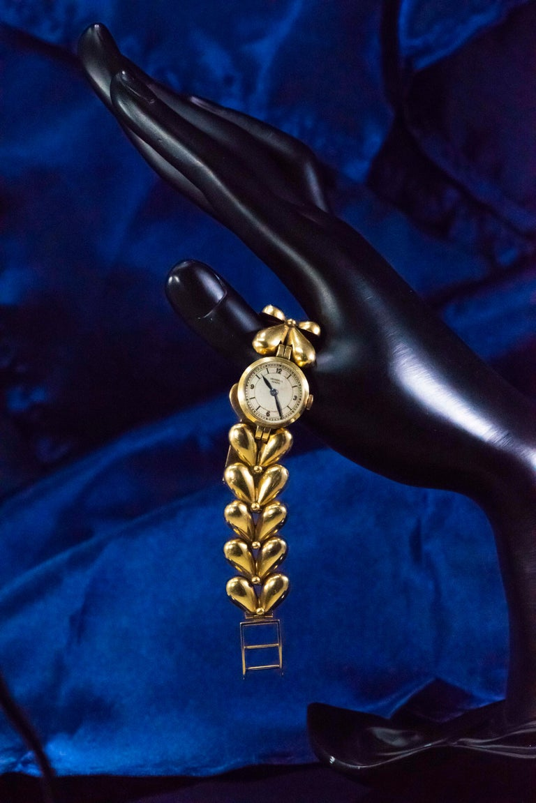 1950s Universal Flower Petal Motif 18 Karat Yellow Gold Bracelet Wristwatch For Sale 2