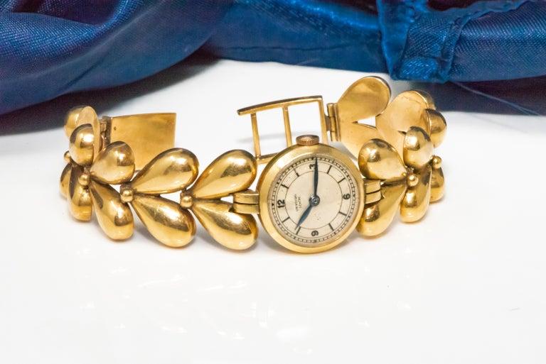 1950s Universal Flower Petal Motif 18 Karat Yellow Gold Bracelet Wristwatch For Sale 3