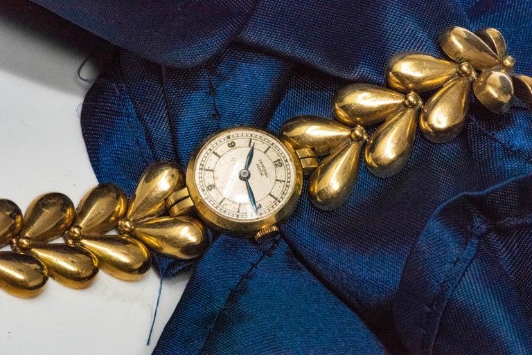 1950s Universal Flower Petal Motif 18 Karat Yellow Gold Bracelet Wristwatch For Sale 5