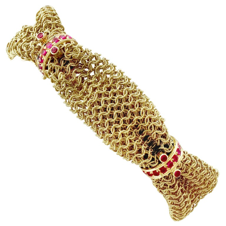 1950s Vintage Italian 1.39 Carat Ruby and Yellow Gold Bracelet For Sale