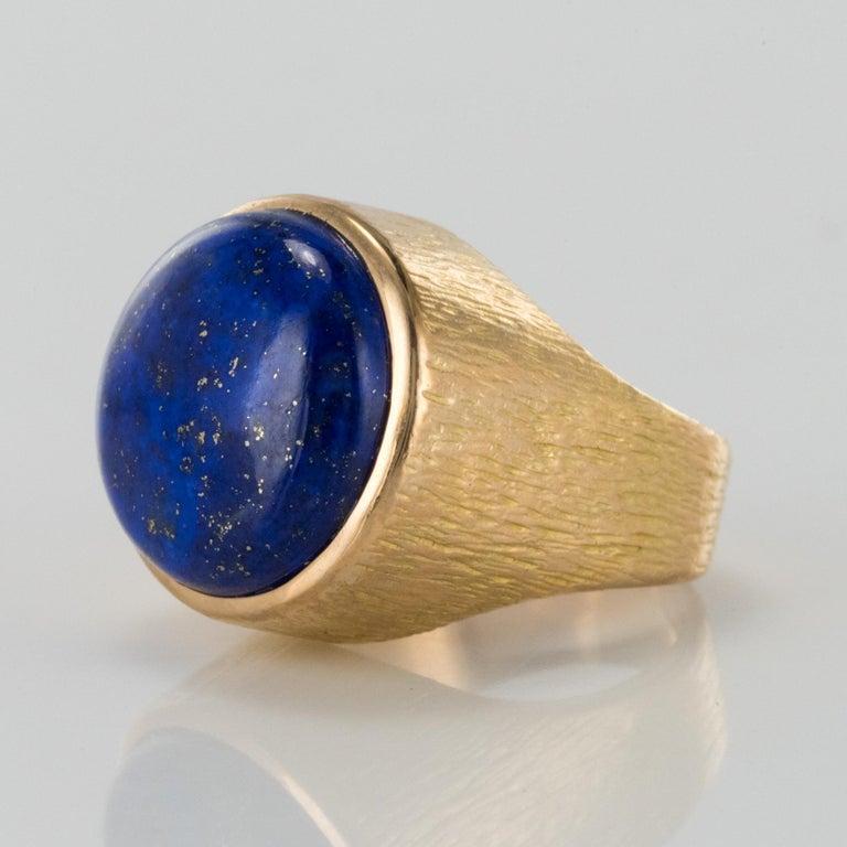 Retro 1950s Vintage Lapis Lazuli Chiseled 18 Karat Yellow Gold Signet Ring For Sale