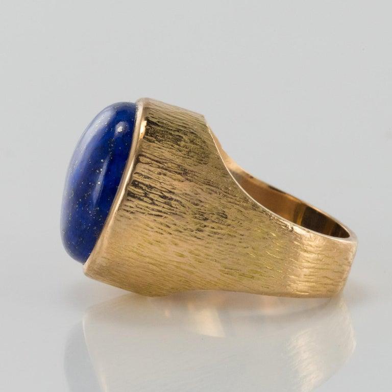 Cabochon 1950s Vintage Lapis Lazuli Chiseled 18 Karat Yellow Gold Signet Ring For Sale