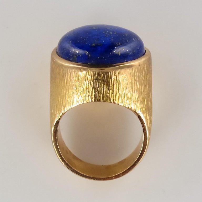 1950s Vintage Lapis Lazuli Chiseled 18 Karat Yellow Gold Signet Ring For Sale 3