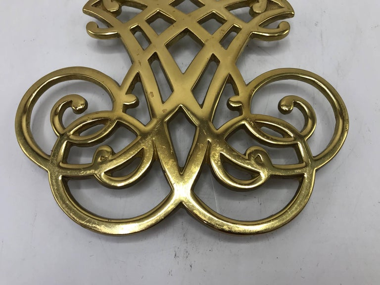 1950s Virginia Metalcrafters Thomas Jefferson Monticello Cypher Brass Trivet In Excellent Condition For Sale In Richmond, VA