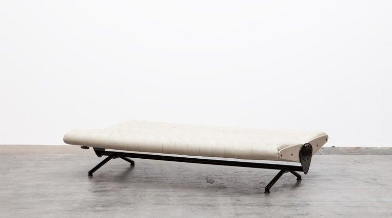 1950s White Leather Sofa by Osvaldo Borsani In Excellent Condition For Sale In Frankfurt, Hessen, DE