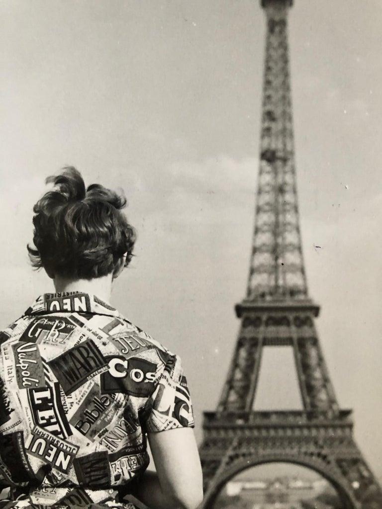 Mid-Century Modern 1955, Touriste admirant la tour Eiffel, Paris, Jean Ribière