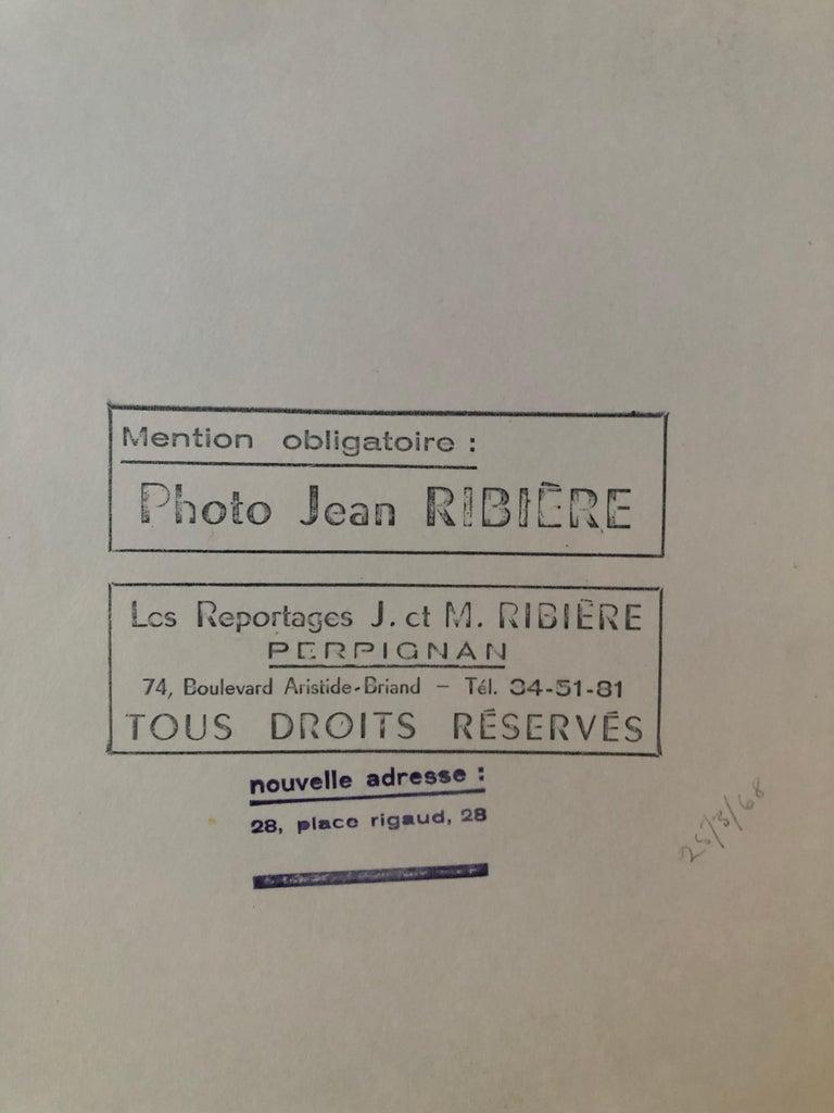 1955, Touriste admirant la tour Eiffel, Paris, Jean Ribière In Excellent Condition In Perpignan, FR