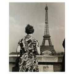 1955, Touriste admirant la tour Eiffel, Paris, Jean Ribière
