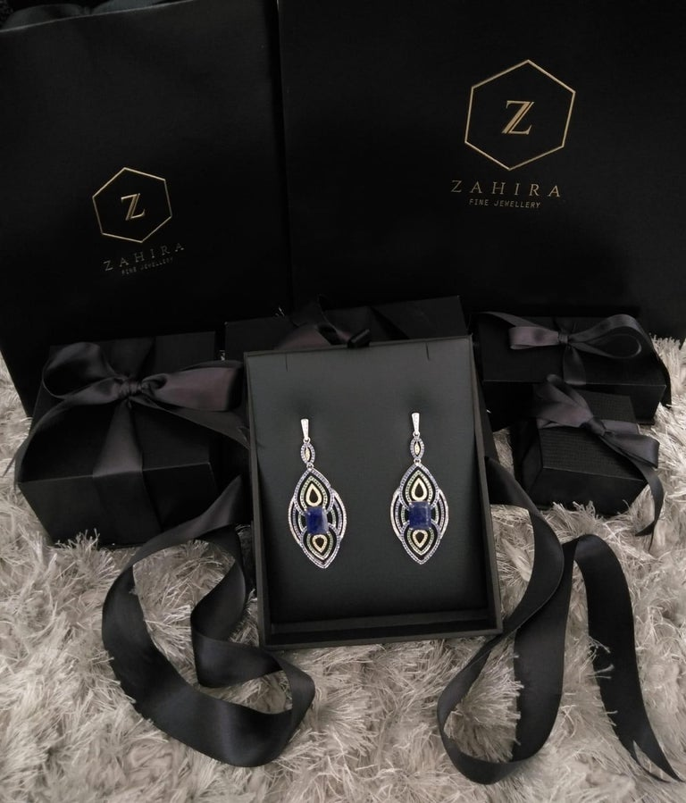 18 Karat Gold 19.56 Carat Lapis with Blue and Green Sapphire Diamond Earrings In New Condition For Sale In Bangkok, TH