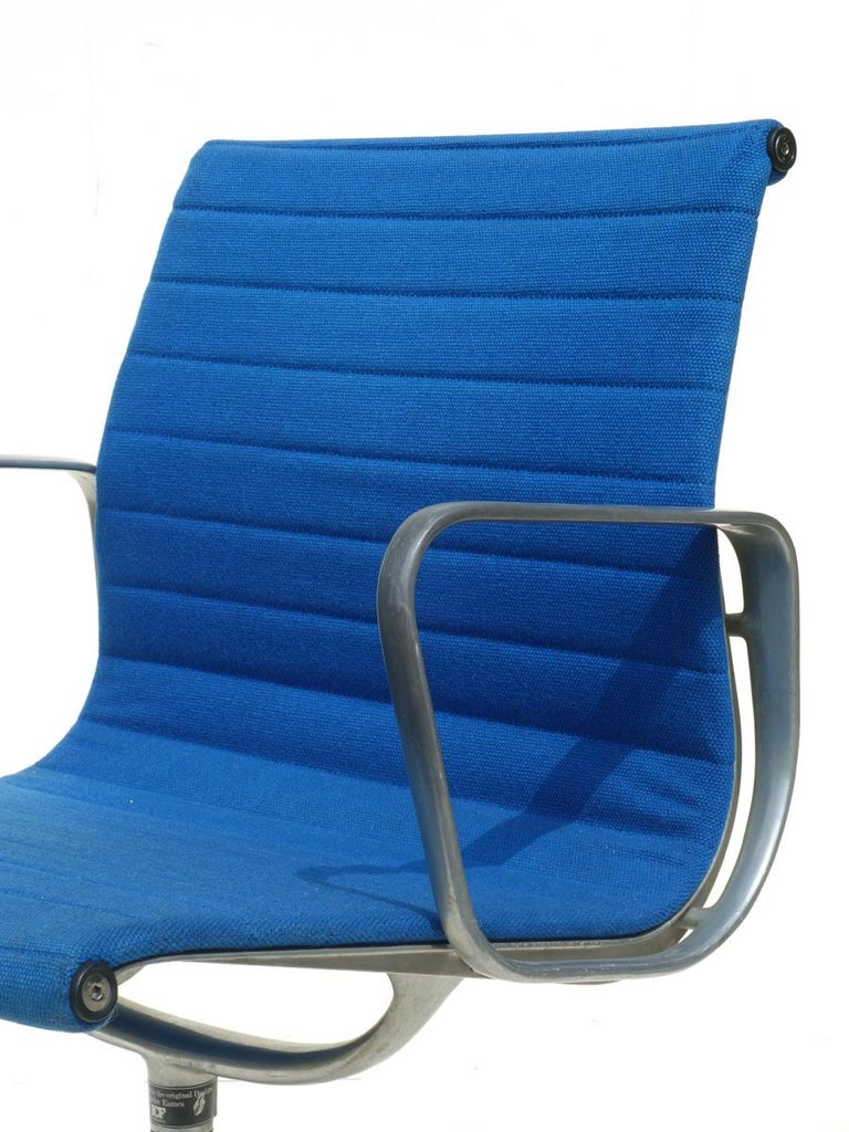 Mid-Century Modern 1960 EA 108 Charles Ray Eames Herman Miller ICF Design Blue Swivel Chair For Sale