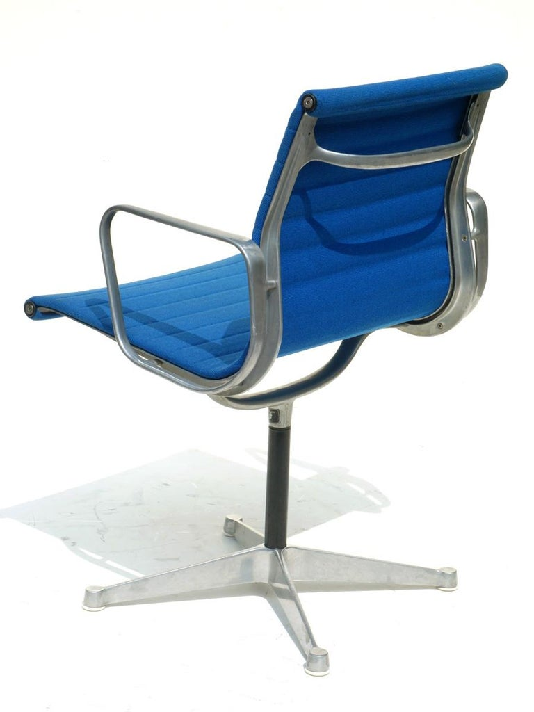1960 EA 108 Charles Ray Eames Herman Miller ICF Design Blue Swivel Chair In Excellent Condition For Sale In Brescia, IT
