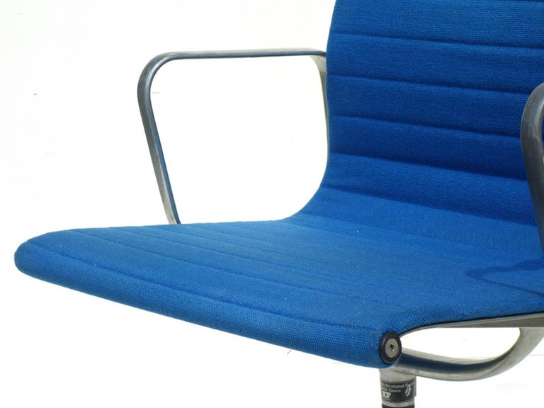 Mid-20th Century 1960 EA 108 Charles Ray Eames Herman Miller ICF Design Blue Swivel Chair For Sale