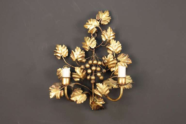 Pair of 1960s grapevine sconces Maison FlorArt Composed of two rising sconces dressed in luminous candles, highlighted at the base of the plinth with a small cylinder adorned with petals, they are placed on either side of the sconce. A large