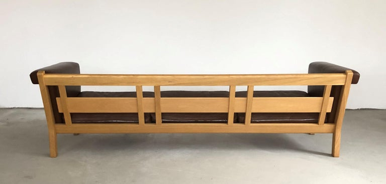 1960s Danish Hans J. Wegner Three-Seat Sofa in Oak and Brown Leather by GETAMA In Good Condition For Sale In Knebel, DK