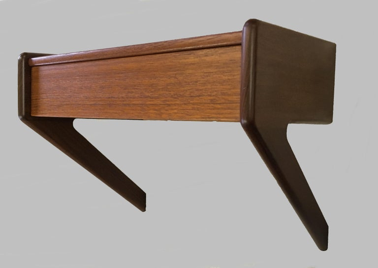 1960s Set of two Danish Sigfred Omann Floating Nightstands in Teak by Oelholm In Good Condition In Knebel, DK