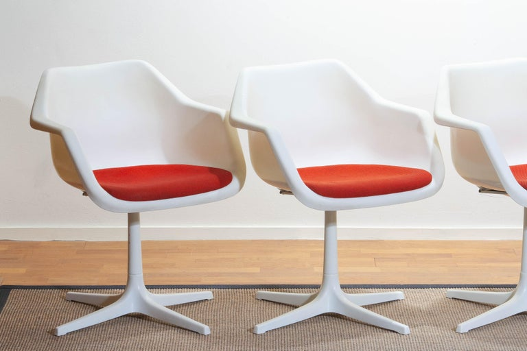 Beautiful and rare set of four swivel dining / office chairs designed by Robin Day for Hille, France, 1960s. The overall condition is good. Fabric shows some stains. ( Very easy to reupholster is you favorite fabric.).