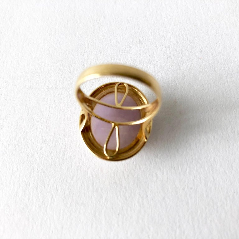 1960s 14 Karat Gold Lavender Jade Cabochon Dinner Ring In Good Condition For Sale In Los Angeles, CA