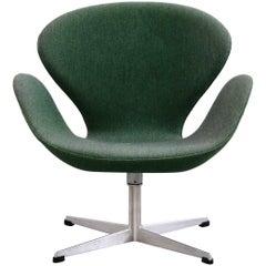 1960s Arne Jacobsen Swan Chair in Original Vintage Two-Tone Green Wool