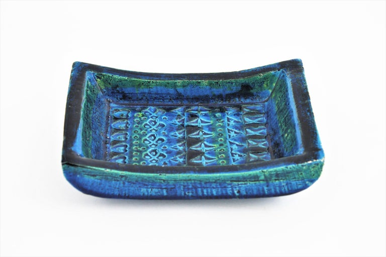 Italian handcrafted blue glazed ceramic rectangular bowl with hand-carved geometric designs in cobalt blue and turquoise colors. The 'Rimini blu' collection was designed by Aldo Londi for Bitossi. Italy, 1960s.
