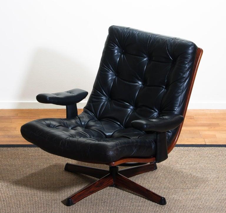 1960s, Black Leather Swivel Chair with Jakaranda Stand by Göte Design Nässjö In Good Condition In Silvolde, Gelderland