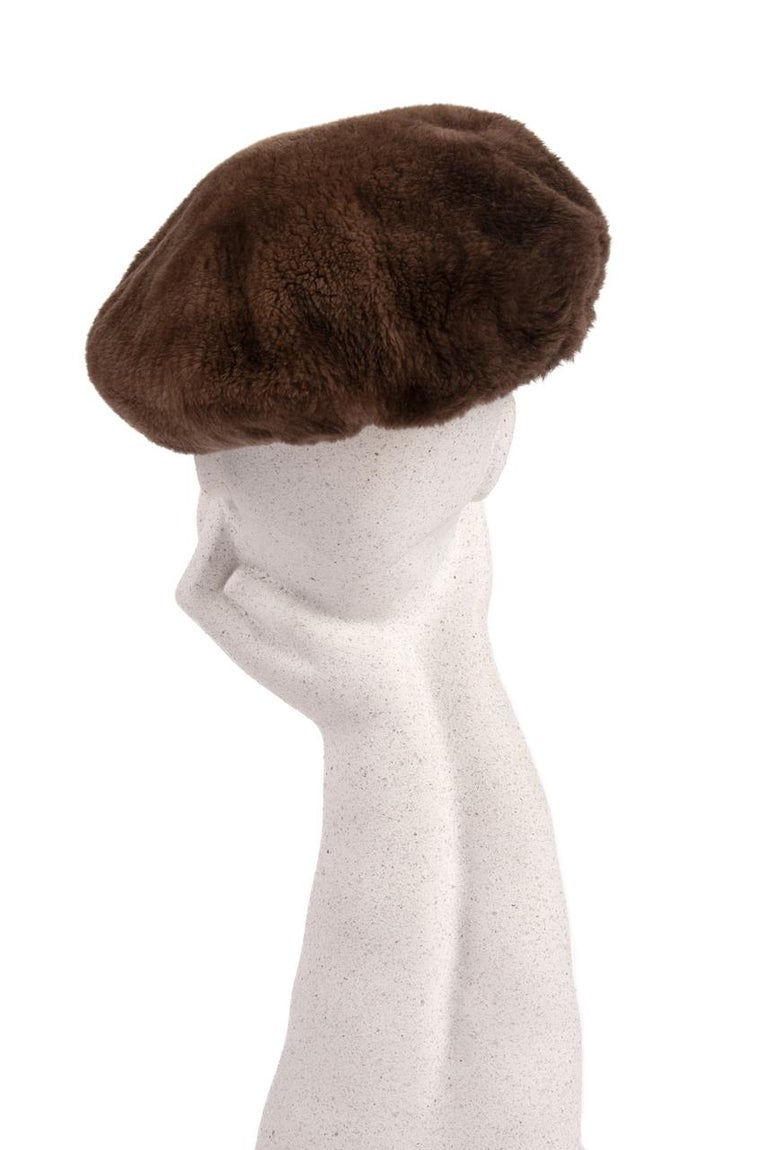 1960s Brown Genuine Sheared Beaver Fur Beret In Excellent Condition For Sale In Munich, DE