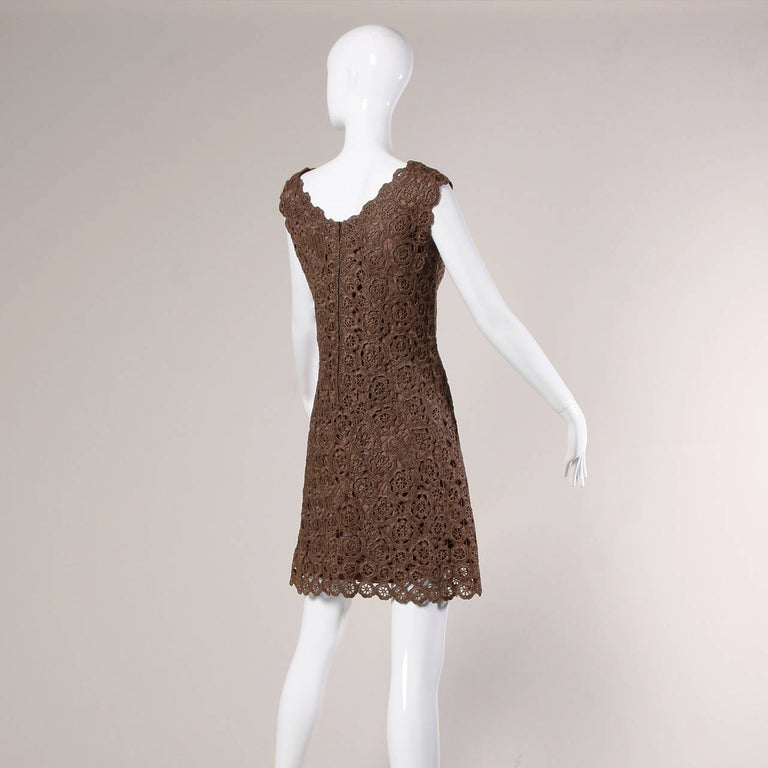 1960s Brown Scalloped Hand Crochet Raffia Lace Shift Dress In Excellent Condition For Sale In Sparks, NV