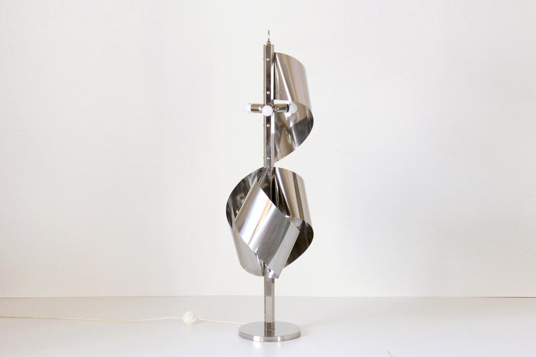 A 1960s vintage floor lamp in chromed iron. Reggiani lamp manufacturer, Italian design lamps form the 1950s-1970s. In very good conditions with only some sign of time on the structure.