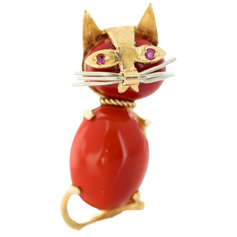 1960s Coral and Ruby 18 Karat Gold Cat Brooch For Sale 3