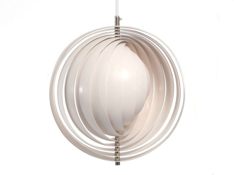 A white metal ceiling lamp comprised of ten adjustable, layered hoops. Design by Verner Panton for Louis Poulsen.