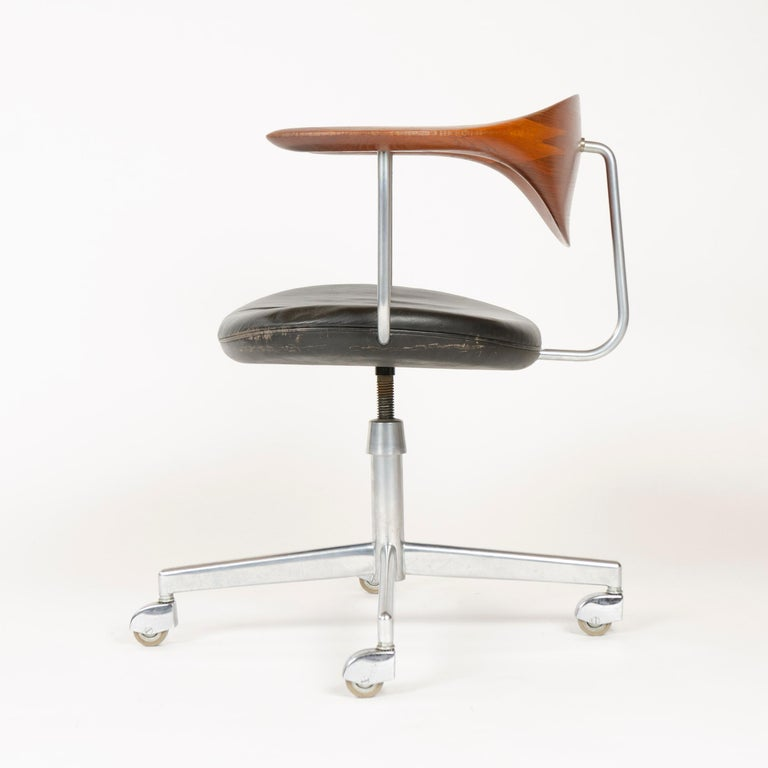 Scandinavian Modern 1960s Danish Swiveling Desk Chair by Hans J. Wegner for Johannes Hansen For Sale