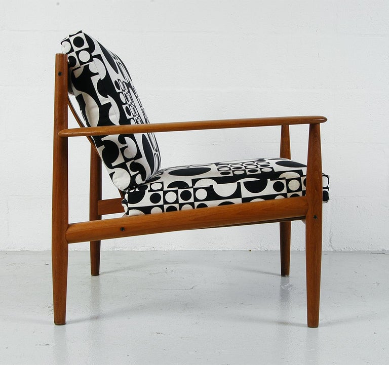 Incredibly stylish midcentury easy chair designed by Grete Jalk (Model 118), manufactured by France & Son in Denmark. The frame is made from teak and the cushions have been upholstered in a bold black and white vintage Maharam fabric - 'Geometri'