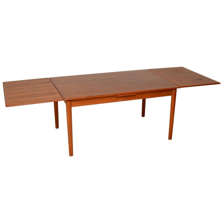 A beautiful and top quality vintage Danish extending dining table in teak, dating from the 1960s-1970s. This is really well made, it has two-drawer leaves that can be pulled out to extend this to a ten-seat. It is also possible to pullout / pull-out