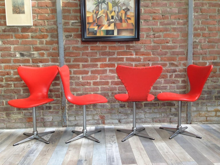 Vintage look, ultra design and orange PoP color, these 4 1960s chairs are swivel. Their shells, recalling the work of the famous