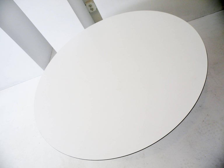 Mid-Century Modern 1960s Eero Saarinen for Knoll Assoc Round Coffee Cocktail Table For Sale