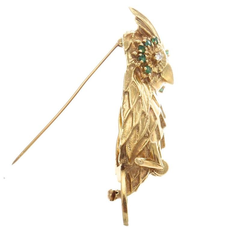 1960s Emerald Diamond 14 Karat Gold Owl Brooch In Excellent Condition For Sale In Beverly Hills, CA