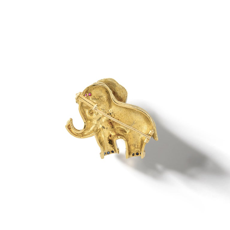 Round Cut 1960s French Diamond Ruby Yellow Gold 18 Karat Elephant Brooch Clip For Sale
