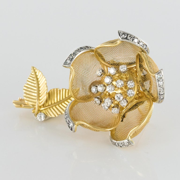 1960s French Retro Rose Shape Articulated Diamond Yellow Gold Brooch In Good Condition For Sale In Poitiers, FR
