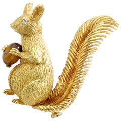 1960s French Tiger's Eye Cabochon on Yellow Gold 18 Karat Squirrel Brooch Clip
