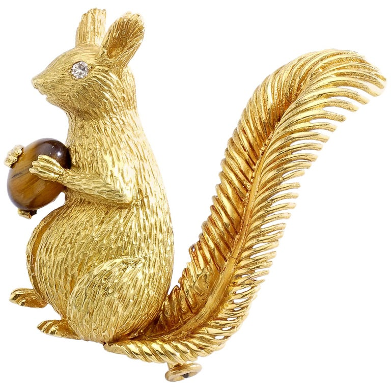 1960s French Tiger's Eye Cabochon on Yellow Gold 18 Karat Squirrel Brooch Clip For Sale