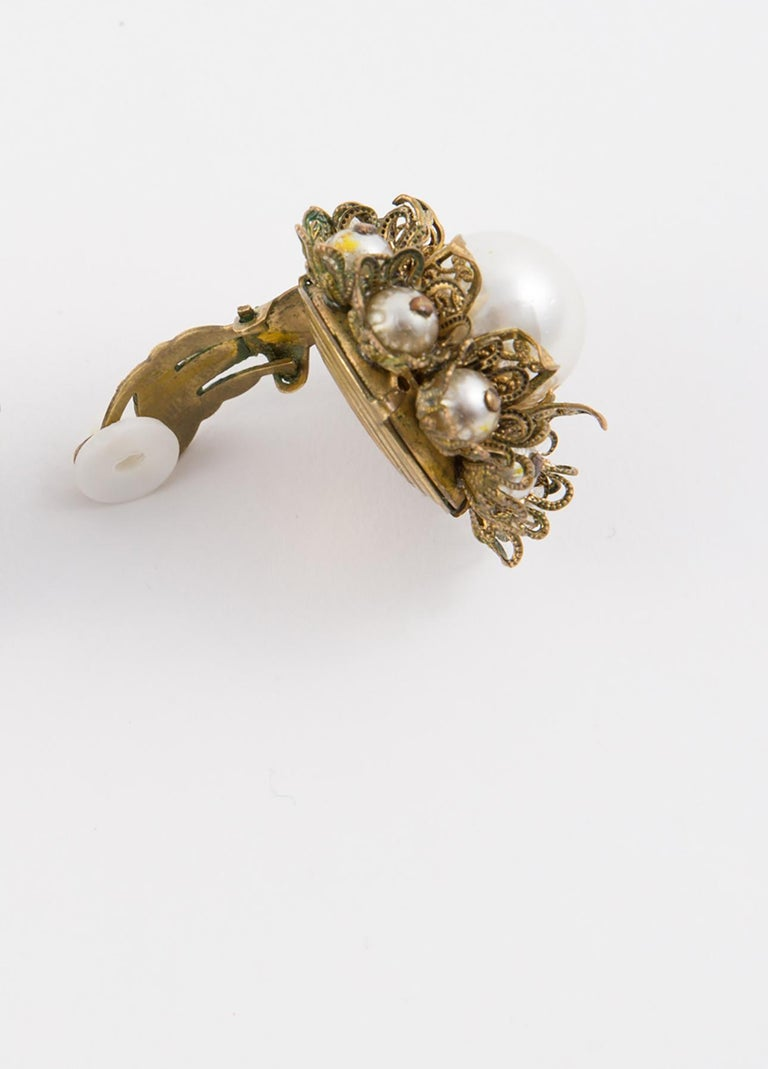 1960s Gold Tone and Faux Pearl Clip on Earrings In Good Condition For Sale In Paris, FR