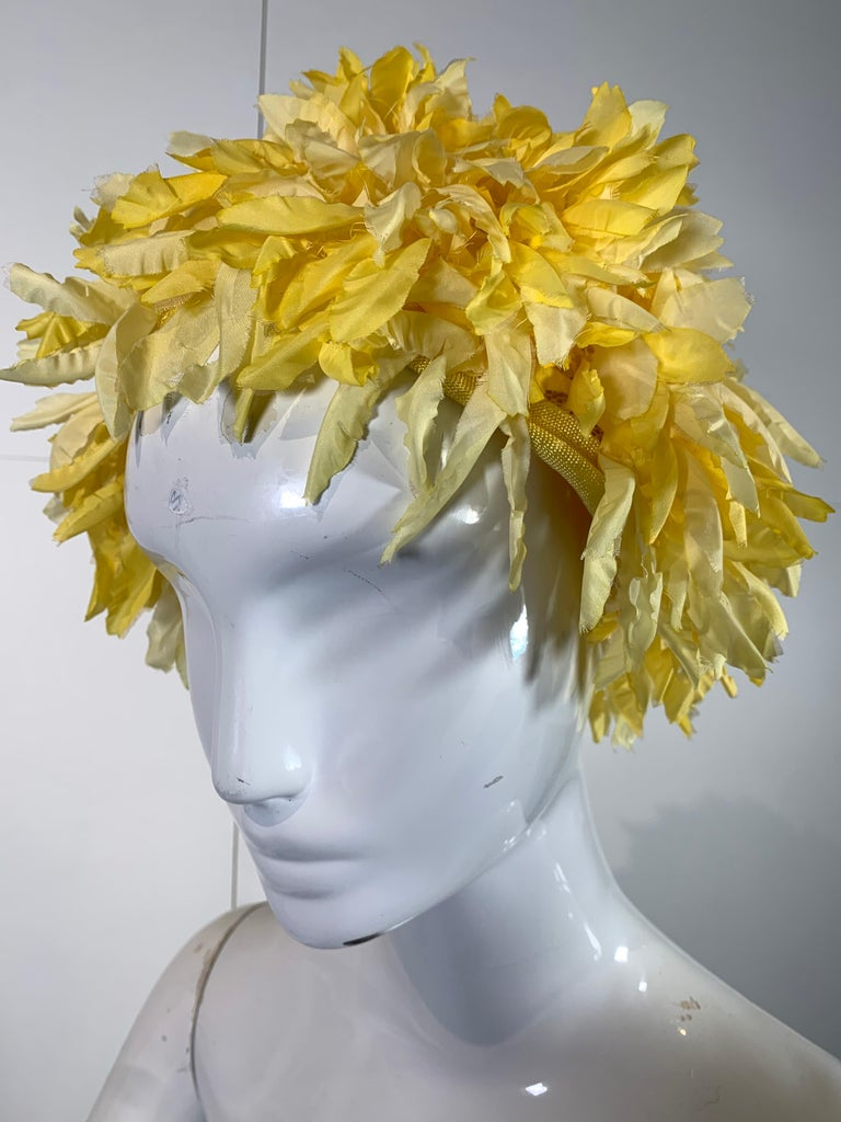 1960s I. Magnin Yellow and White Floral Petal Millinery Turban  Hat  In Excellent Condition For Sale In San Francisco, CA