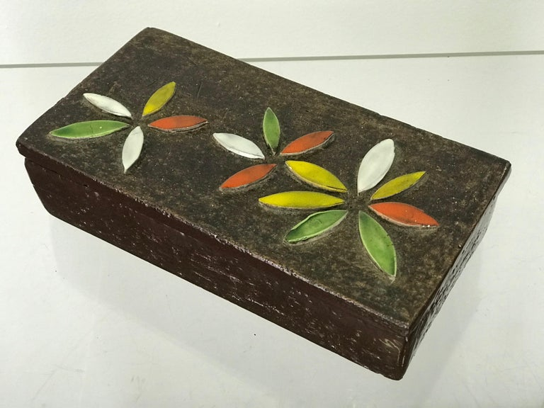 Very nice brown ceramic Bitossi box, circa 1960s. Lovely flower relief on top. Nice condition. One small hair-line crack on the top of one green flower petal (see pictures). Measures: 8