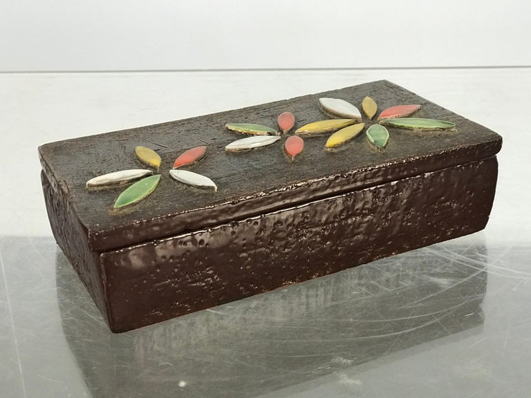 1960s Italian Ceramic Lidded Box with Flower Relief by Bitossi for Raymor In Good Condition For Sale In St.Petersburg, FL