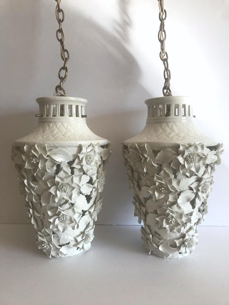 1960s Italian Hollywood Regency Ceramic Floral Pendant Lights In Good Condition For Sale In Stamford, CT